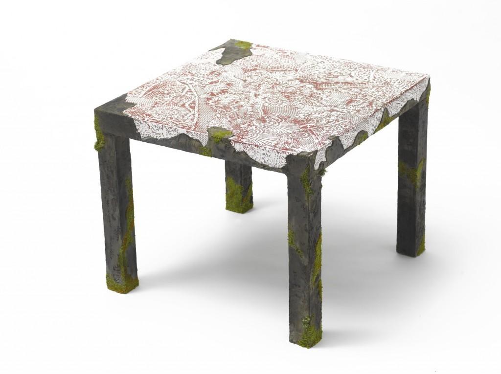 Table dentelle, roche et mousse