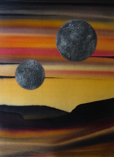 tableau : les deux lunes : effet de matière multiple : fond de feuille de cuivre patinée et insertion de deux lunes en matière